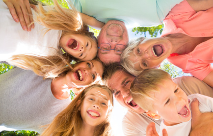 familie zusammen viele generationen lachen